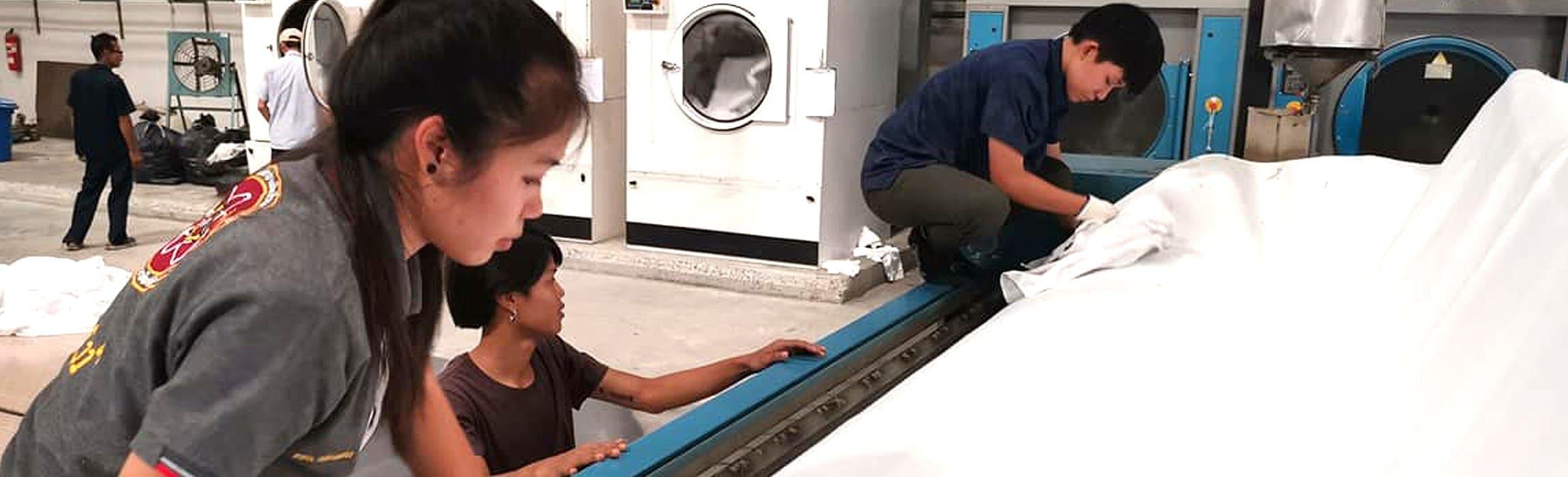 งานติดตั้ง ผ้าสักหลาดหุ้มลูกกลิ้ง NICHOLINE แบบโพลีเอสเตอร์ polyester 900G และโนแม็กซ์ โนเม็ก nomex 800G สำหรับ เครื่องรีดผ้าแบบกระทะ เครื่องรีดผ้าแบบลูกกลิ้ง ทุกรุ่น